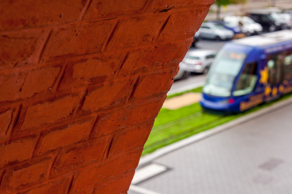 tram bleu à Illkirch avec briques rouges
